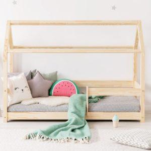 Das Hausbett MIKA ist die Quintessenz des skandinavischen Stils in polnischer Ausführung. Das Hausbett ist modern und auch überzeitlich. Die Schönheit vom Kiefernholz kommt in dem von den Kindern geliebten Hausbett zum Ausdruck. Ein sicherer und ruhiger Schlaf im erträumten Bett ist die Freude des Kindes und das Glück der Eltern. Das Hausbett MIKA zeichnet sich durch ein anspruchsloses, aber ausdrückliches und seine Funktion erfüllendes Geländer aus. Schaffen Sie einen idealen Innenraum für Kinder durch die Erweiterung um den Prunkhimmel und die Aufkleber aus unserem Angebot. Versand: nur bis zu 15 Werktagen